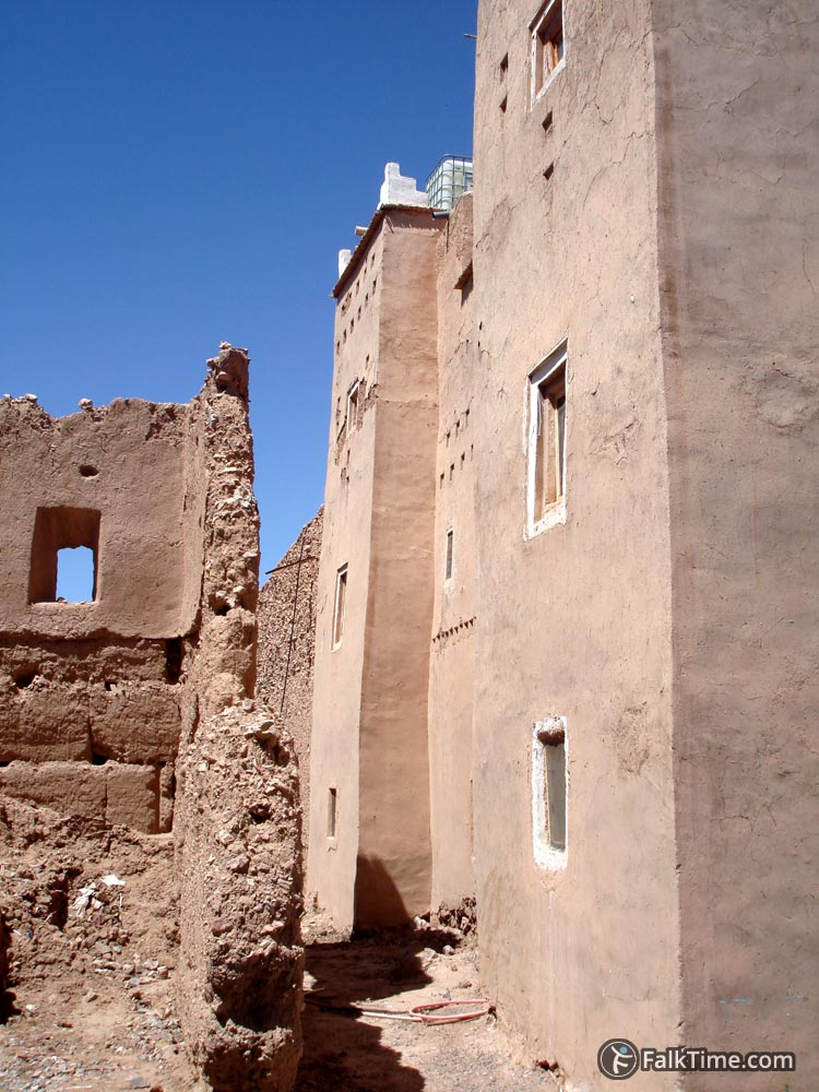 2 kasbahs: ruined and restored